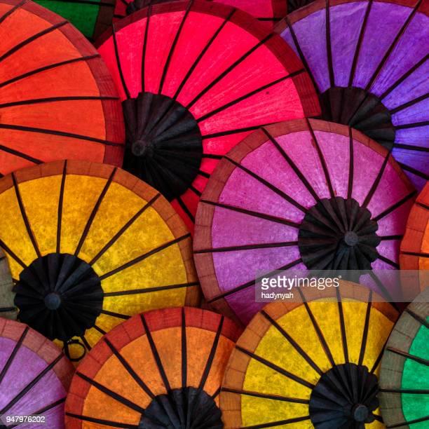kleurrijke paraplu's te koop in luang prabang, laos - boeddhisme stockfoto's en -beelden