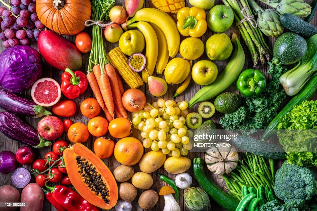 Kleurrijke groenten en vruchten veganistisch voedsel in regenboogkleuren : Stockfoto