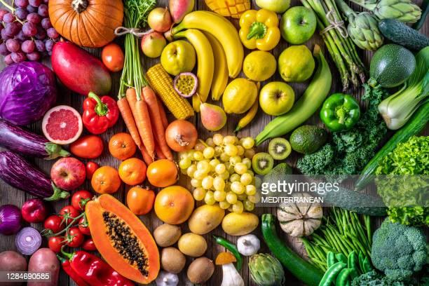 verduras y frutas coloridas comida vegana en colores arco iris - fruta fotografías e imágenes de stock