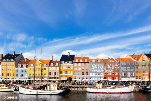 colorful vibrant houses at nyhavn harbor in copenhagen, denmark - dinamarca imagens e fotografias de stock