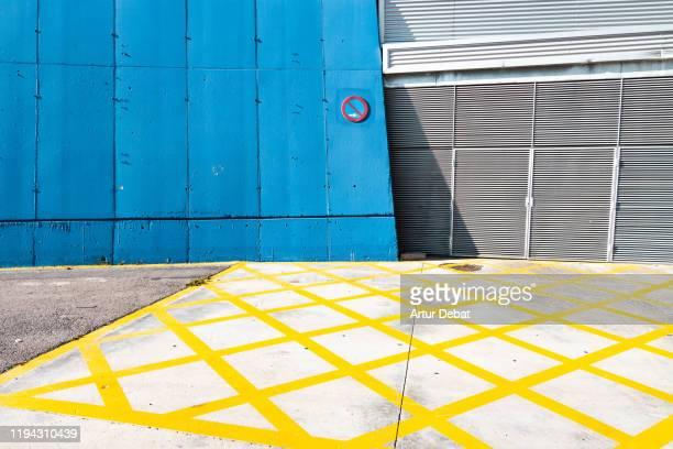 colorful walls painted in minimal urban architecture. - calle principal calle fotografías e imágenes de stock