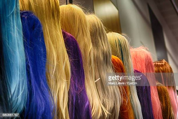 colorful wigs at store for sale - perücke stock-fotos und bilder