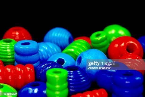 colorful wooden beads - perlenschnur stock-fotos und bilder
