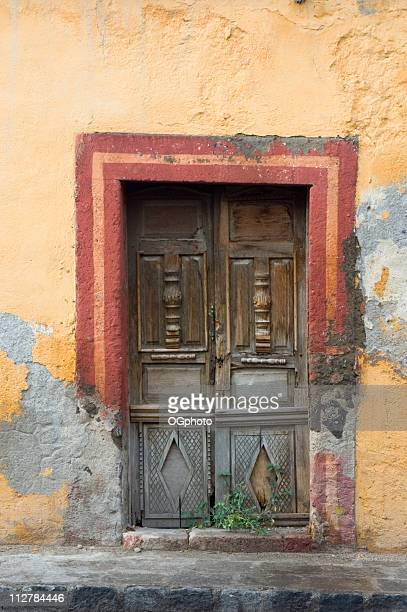 porta in legno colorato - ogphoto foto e immagini stock