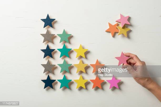 colorful wooden stars lined up in steps - estratégia de negócio - fotografias e filmes do acervo
