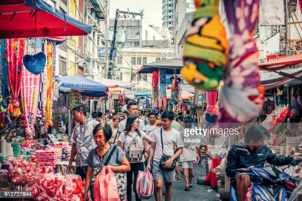 farbenfrohe baclaran straßenmarkt in manila, philippinen - manila philippinen stock-fotos und bilder