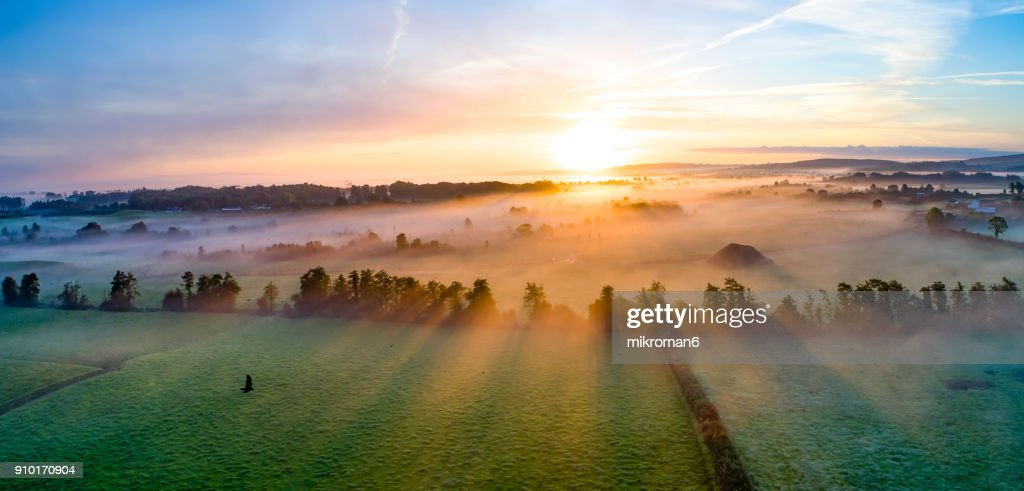 Colorfull sunrise on foggy day over Tipperary mountains and fields : Stockfoto