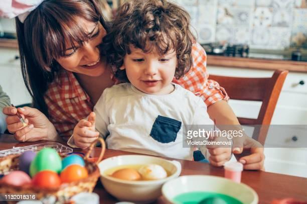 ostereier färben - osternest stock-fotos und bilder