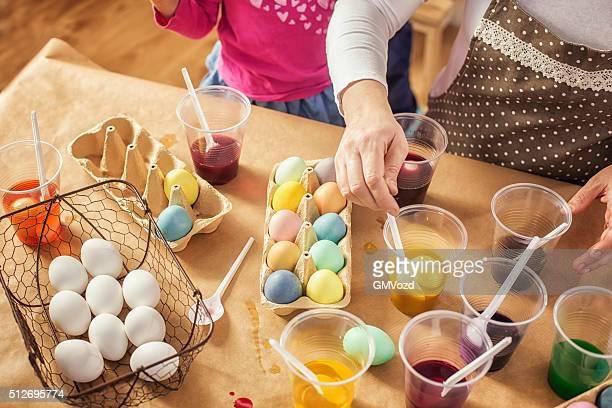 färben ostereier mit natürlichen dye-effekt - färbemittel stock-fotos und bilder