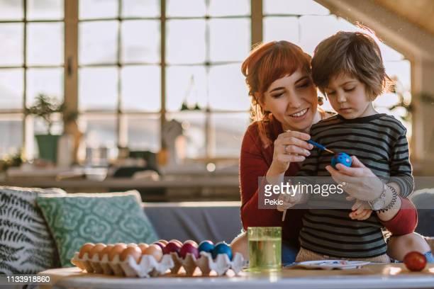 イースターのための卵を着色 - happy easter mom ストックフォトと画像