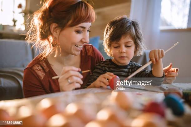 ovos para colorir para a páscoa - easter family - fotografias e filmes do acervo