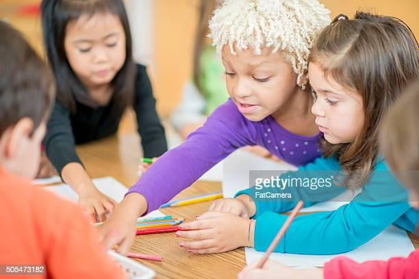 Coloration ensemble dans la salle de classe