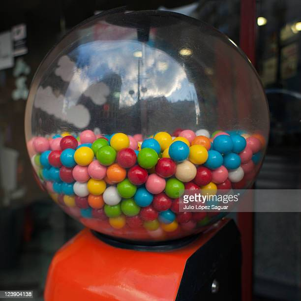 colors gumballs - gumball machine stock pictures, royalty-free photos & images