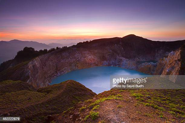 colors of dawn over mount kelimutu - flores indonesia fotografías e imágenes de stock