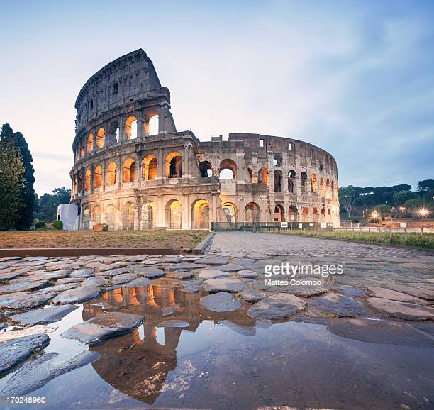 colosseum reflected at sunrise, rome, italy - rom italien stock-fotos und bilder