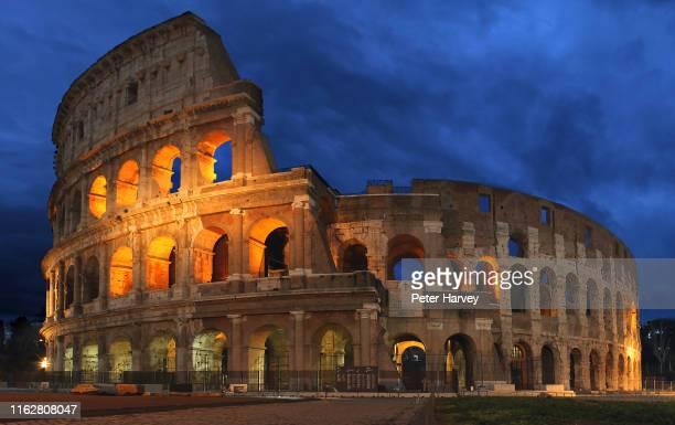 colosseum, rome night shot - gladiator fotografías e imágenes de stock