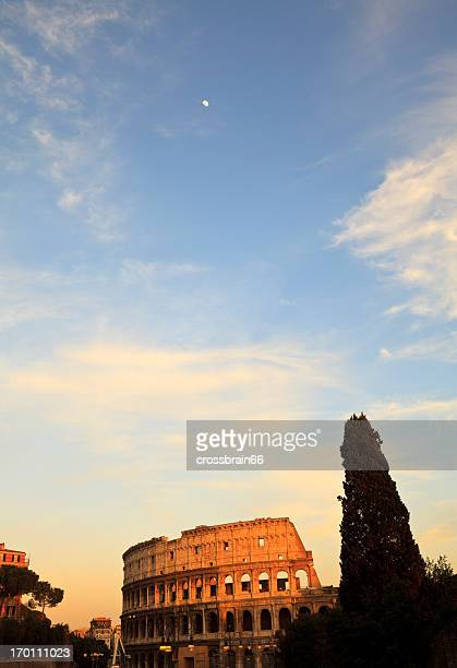 kolosseum mit mond bei sonnenuntergang-rom, italien - antike kultur stock-fotos und bilder