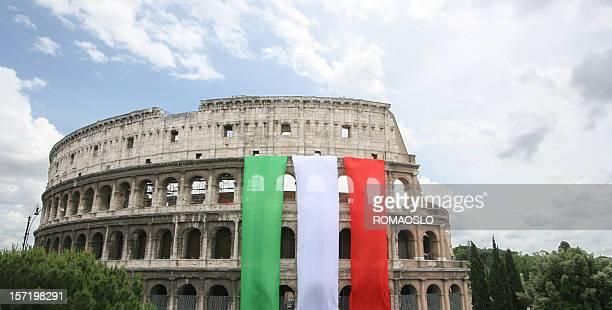 Colisée avec le drapeau de l'Italie, Rome, Italie