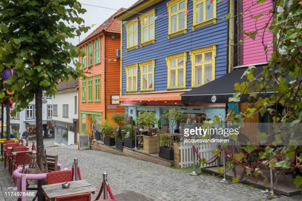 ノルウェーの古い歴史的なスタヴァンゲルの通りに色のフルショップ - スタバンゲル ストックフォトと画像