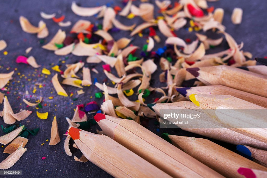 Coloured pencils and shavings against a black background : Stock-Foto
