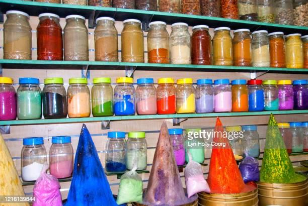 coloured powders in jars on shelves - lyn holly coorg stockfoto's en -beelden
