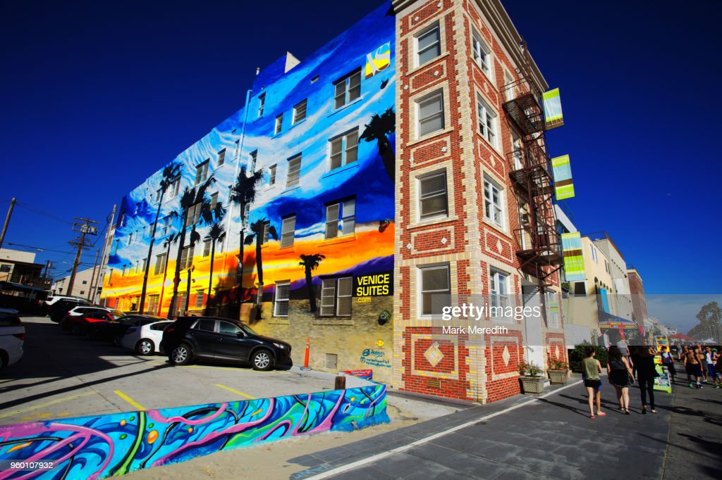 Colourful apartment block with seaside murals in Venice Beach : Stock-Foto