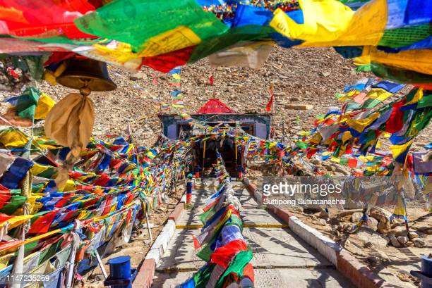 colourful buddhist religious stupas and prayer flags at khardung la pass, the highest (5,359 m, 17,582 ft) motorable pass on the world. ladakh, jammu and kashmir, india - shangri la stockfoto's en -beelden