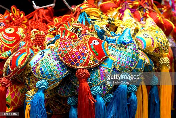 colourful chinese fish decorations for sale - lyn holly coorg stock-fotos und bilder