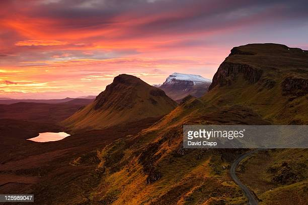 colourful dawn over the quiraing: twenty four mile rock ledge on isle of skye, scotland, uk (21st january 2010) - land geografisches gebiet stock-fotos und bilder
