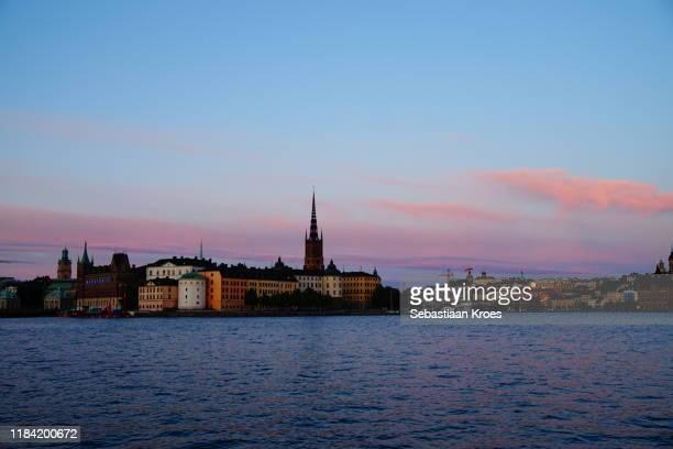 colourful evening at riddarholmen, stockholm, sweden - riddarholmkirche stock-fotos und bilder