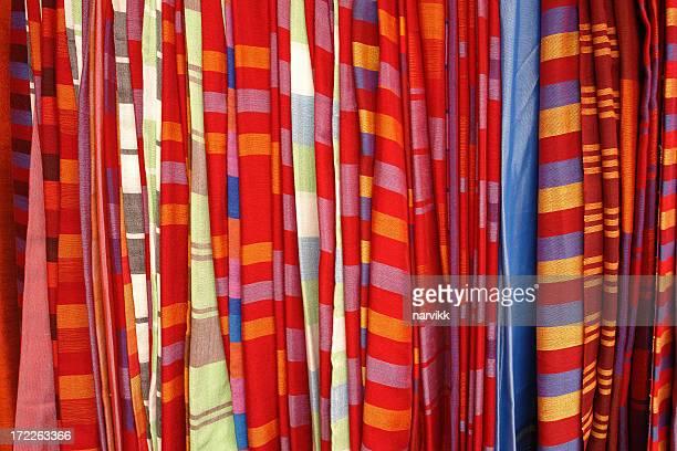 Tissus colorés sur le marché