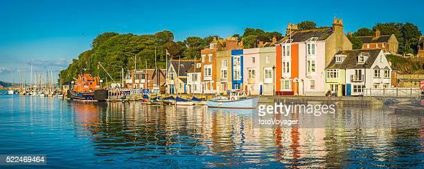 Coloridas casas de pueblo de pescadores en el apacible verano Puerto Weymouth Dorset