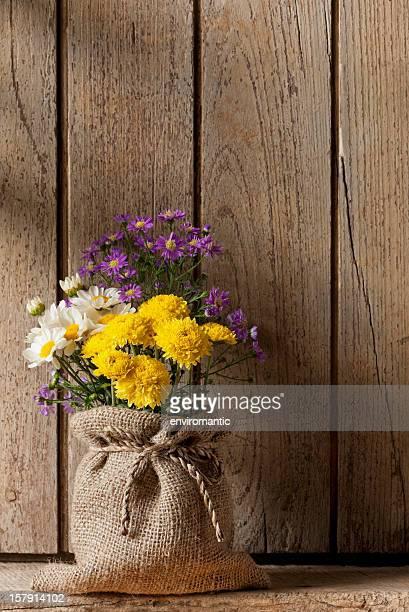 カラフルな花の前に、古いウィンドウシャッターます。