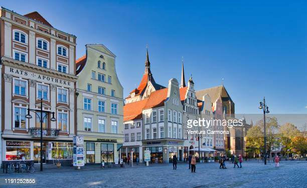 colourful gabled houses in the new market of rostock, germany - 市場広場 ストックフォトと画像