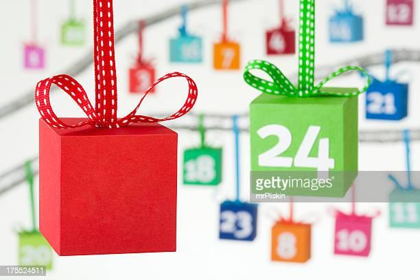 cajas de regalo colorido calendario navideño - advent calendar fotografías e imágenes de stock