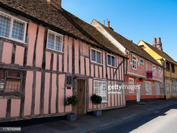 coloridas casas con entramado de madera en water street, lavenham, suffolk - lavenham fotografías e imágenes de stock