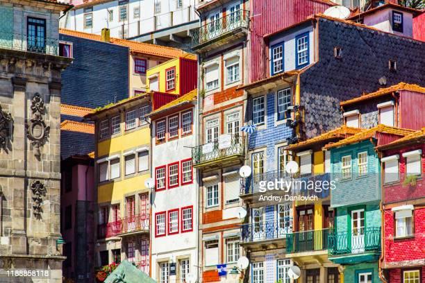 fachadas de casas coloridas en oporto - portugal fotografías e imágenes de stock