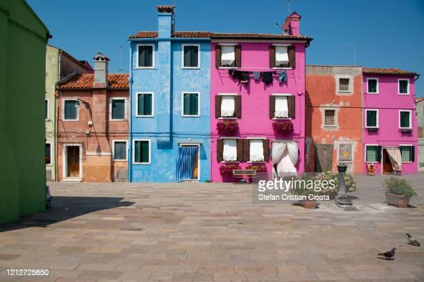 colourful house walls in burano, venice, italy - europa meridionale foto e immagini stock