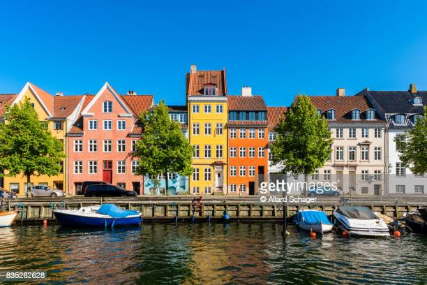 colourful houses along canal in copenhagen denmark - copenhague photos et images de collection