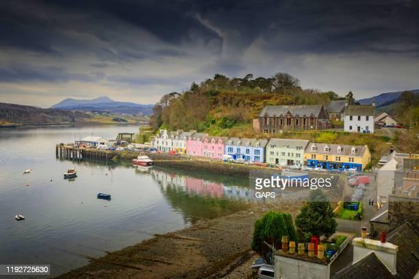 スコットランドのスカイ島のポルトリー港のカラフルな家 - ポートリー ストックフォトと画像