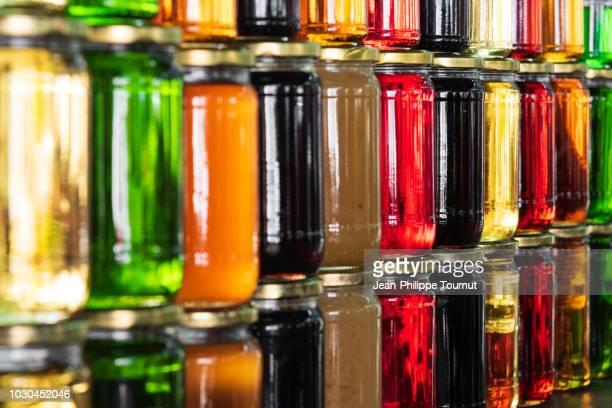 colourful infused honey in mostar, bosnia and herzegovina - foco no segundo plano - fotografias e filmes do acervo