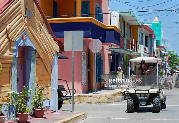 colourful isla mujeres street scene, mexico - mujeres fotos stockfoto's en -beelden
