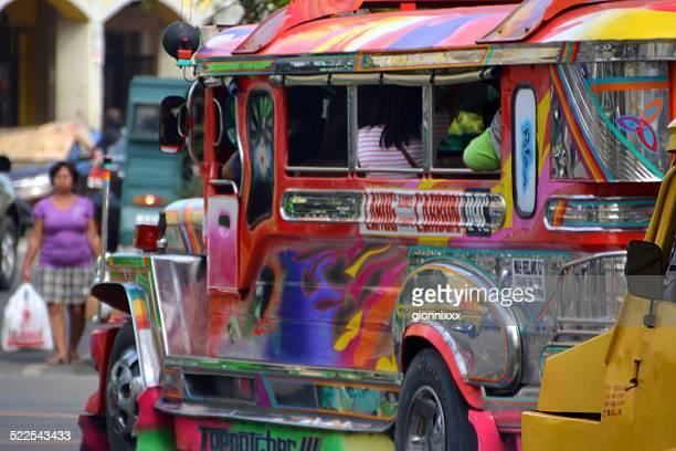 bunte jeepneys in cebu city, philippinen - cebu stock-fotos und bilder