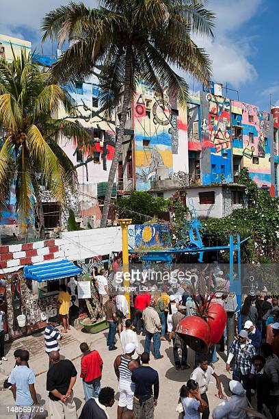 colourful mural walls at callejon de hamel with sunday afternoon rumba crowd. - callejon stock pictures, royalty-free photos & images