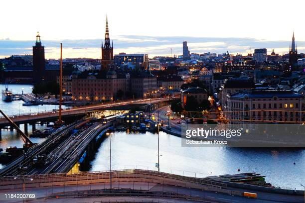colourful old skyline of stockholm at dusk, gamla stan, sweden - riddarholmkirche stock-fotos und bilder