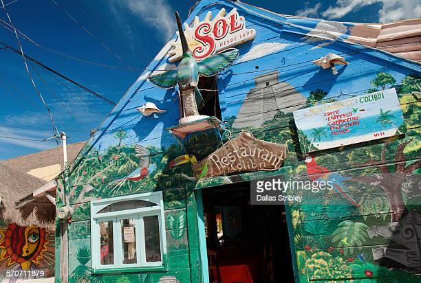 "colourful ""restaurant colibri"" on holbox island - isla holbox fotografías e imágenes de stock"