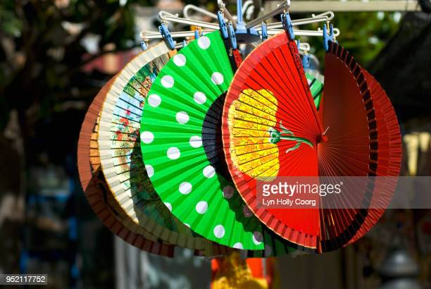 colourful spanish fans for sale in marketplace - lyn holly coorg stock-fotos und bilder