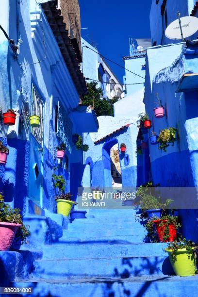 colourful street chechaouen morocco - novembro azul - fotografias e filmes do acervo