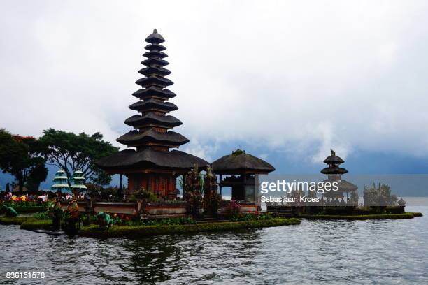 colourful temple, pura ulun danu bratan, bedugul, bali, indonesia - meru filme stock-fotos und bilder