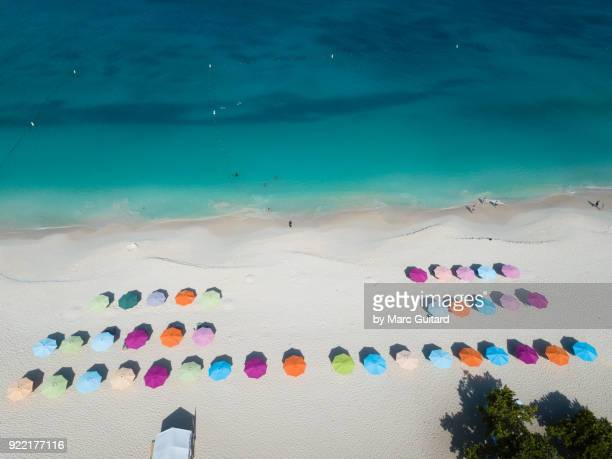 colourful umbrellas at eagle beach, aruba - oranjestad stockfoto's en -beelden